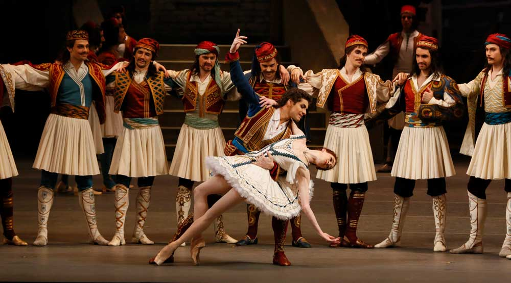 Ekaterina Krysanova as Medora and Igor Tsvirko as Conrad in Bolshoi Ballet's Le Corsaire