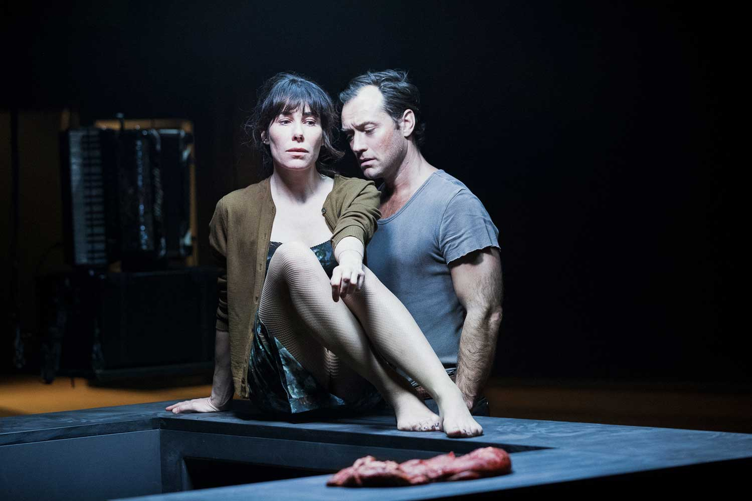 13. Halina Reijn and Jude Law in Obsession at the Barbican Theatre. Photo by Jan Versweyveld.jpg
