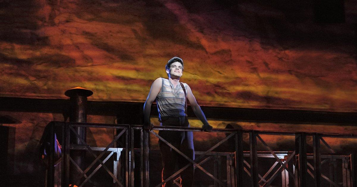 'Supergirl' geek Jeremy Jordan uses his 'Newsies' superpowers